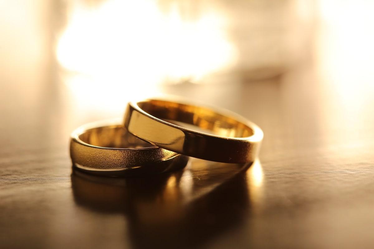 Posas, vigselring, gyllene glöd, guld, lysande, ringar, reflektion, oskärpa, bröllop, stilla liv