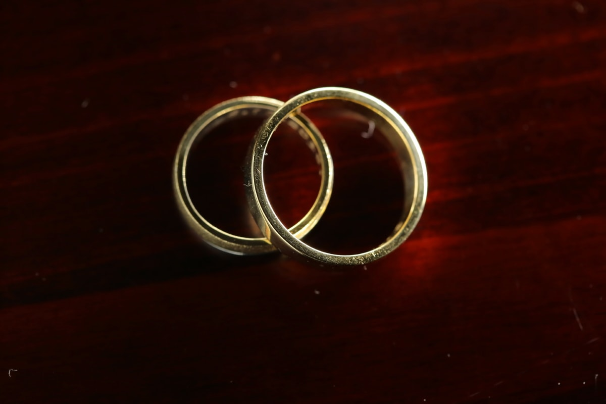 Or, bague de mariage, paire, éclat doré, amour, symbole, romance, table, nature morte, lumière