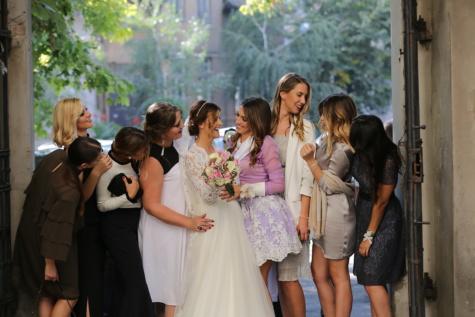 vriendin, vrienden, vriendschap, bruid, glimlachend, plezier, bruiloft, trouwjurk, outfit, vrouw