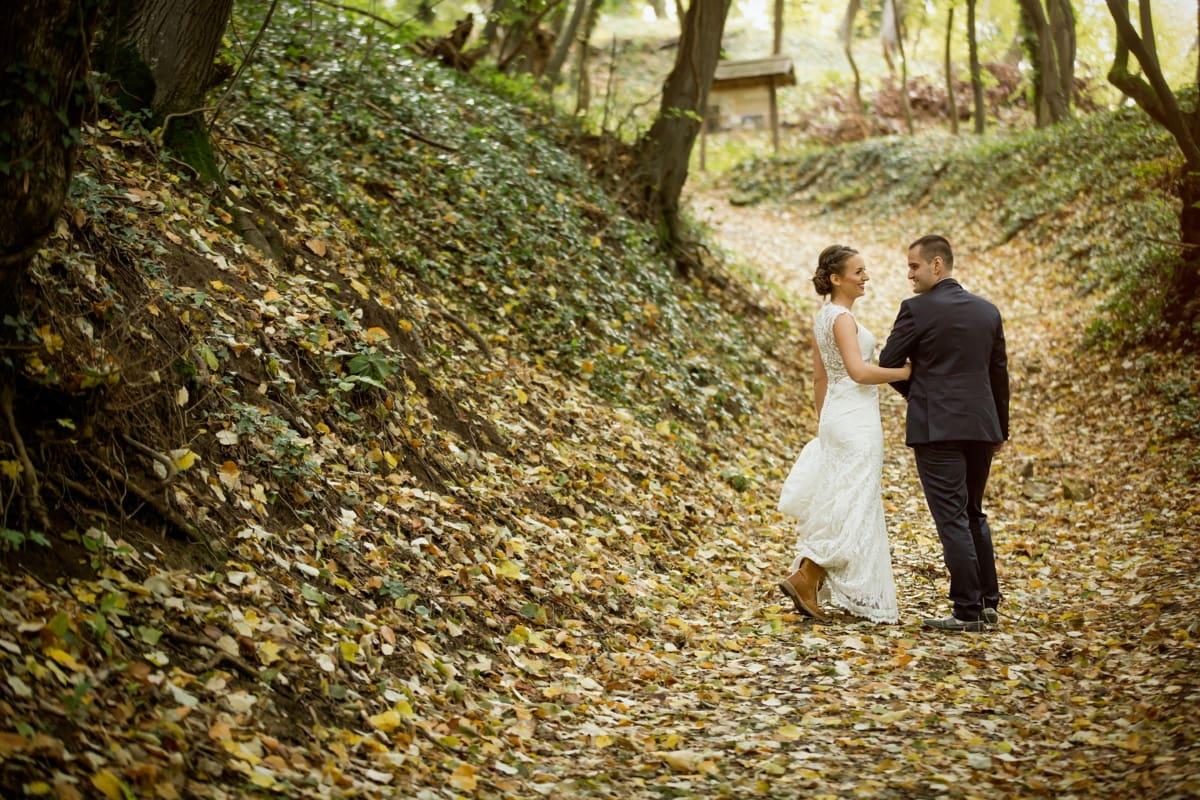 la mariée, jeune marié, flanc de coteau, chemin forestier, tremble, saison de l'automne, feuille, amour, nature, arbre