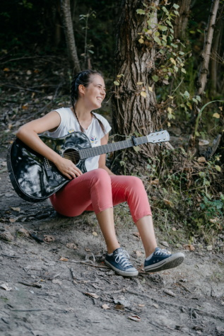 forest, pretty girl, singing, singer, guitar, guitarist, smile, girl, people, portrait