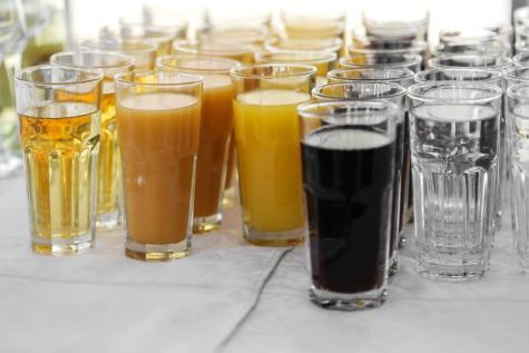 frisches Wasser, Saft, Sirup, Fruchtsaft, Wasser zu trinken, aus nächster Nähe, Glas, Restaurant, Flüssigkeit, Trinken