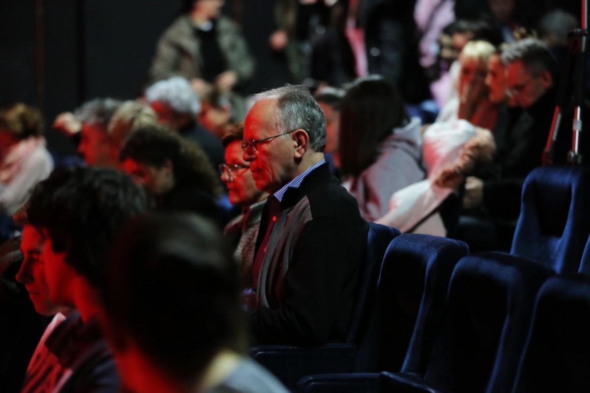 cinéma, assis, foule, gens, Auditorium de la, public, homme, sénior, photographe, chaise
