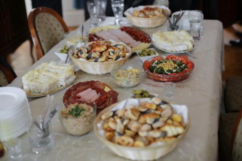 bufet, masa de prânz, produse de patiserie, mezeluri, salata, salam, fata de masa, masa, scaune, tacâmuri