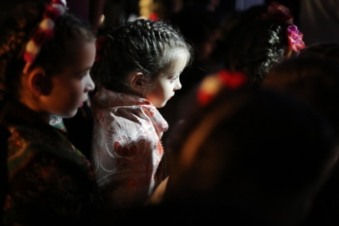 gyermekek, árnyék, közönség, sötétség, csinos lány, keres, gyermek, fesztivál, lány, portré