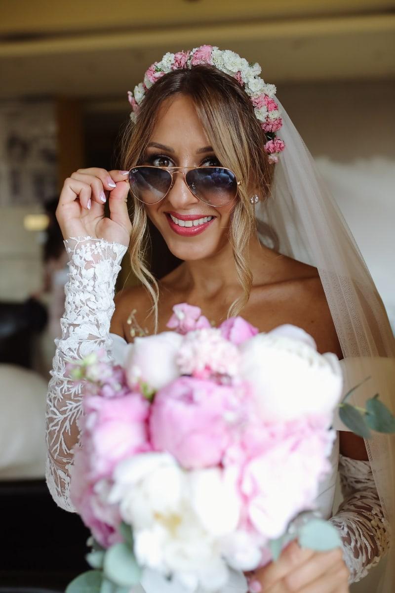 la mariée, souriant, Portrait, mariage, robe de mariée, cheveux blonds, bonheur, lunettes de soleil, bouquet de mariage, amour
