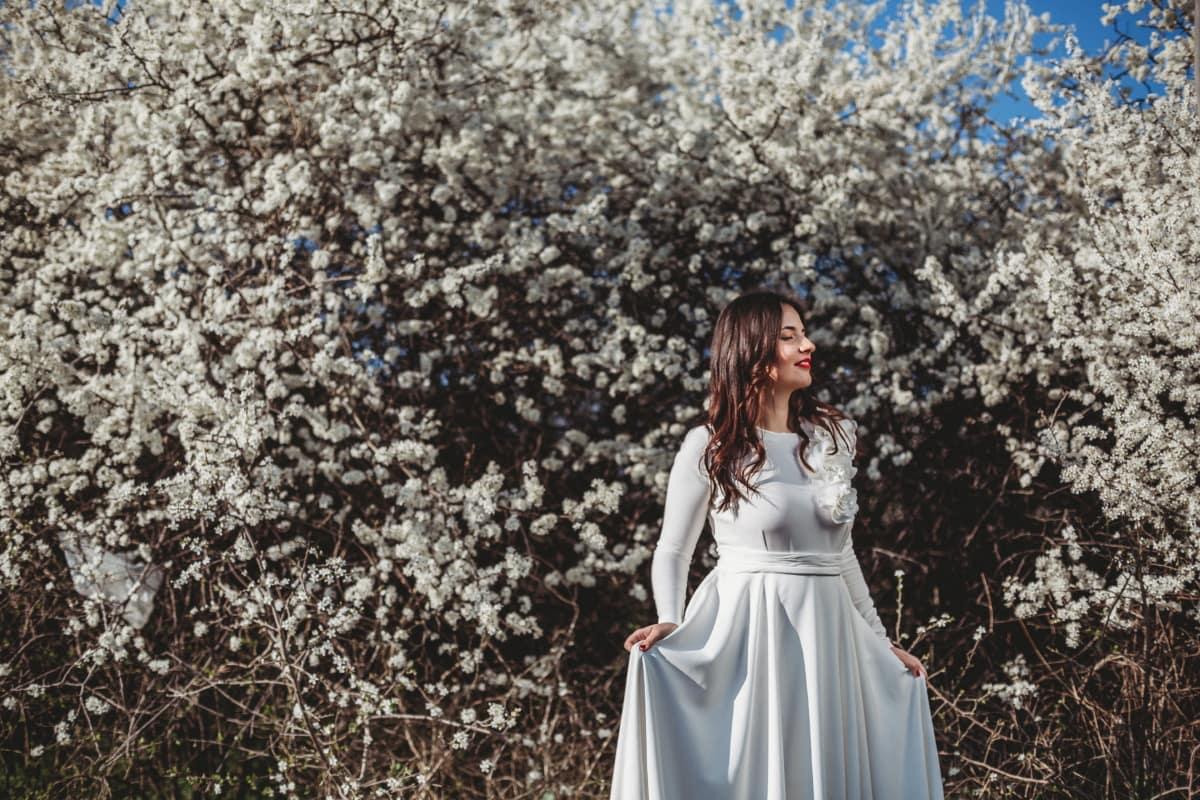 printemps beauté, printemps, ensoleillée, à l'extérieur, Jolie fille, fleur blanche, robe, arbre, fleur, nature