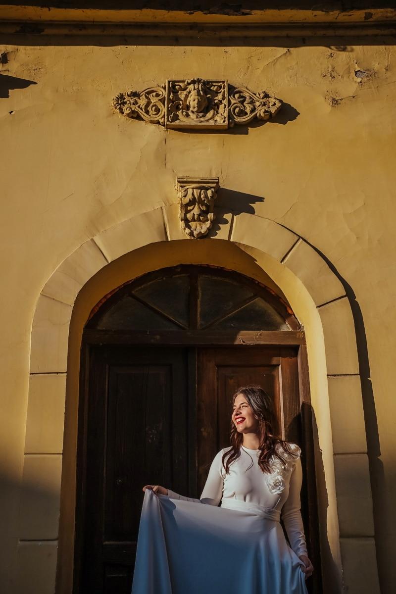 vor der Tür, Lächeln auf den Lippen, Fassade, hübsches mädchen, junge Frau, Architektur, Erstellen von, Menschen, Frau, Tür