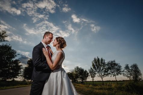 tout juste marié, jeune marié, mariage, la mariée, étreindre, vue de côté, amour, mariage, couple, jeune fille