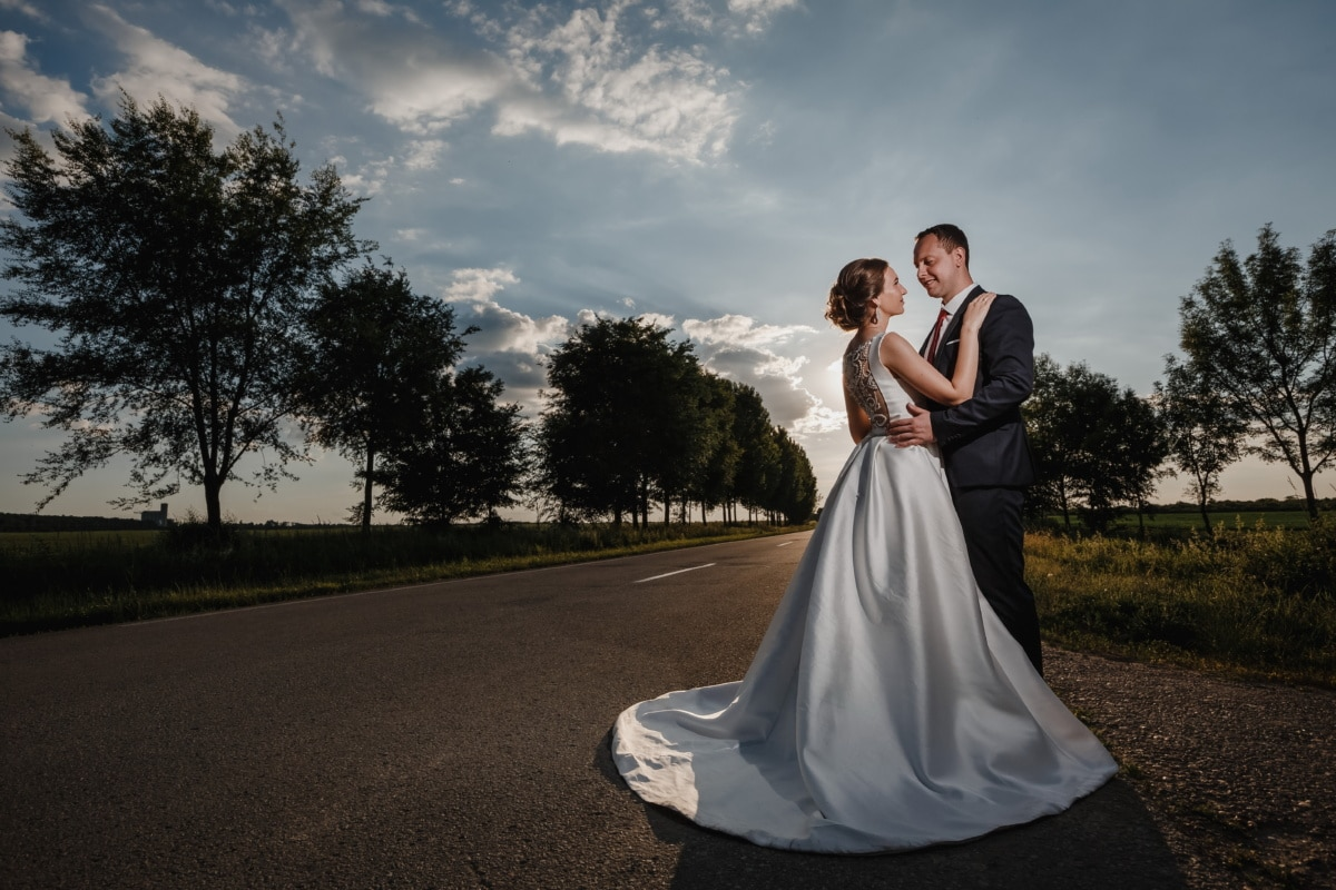 ženich, cesta, nevěsta, samotné, stojící, západ slunce, sluneční světlo, objímání, děvče, láska