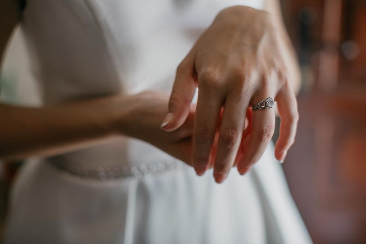 diamant, bague, mains, doigt, élégant, bague de mariage, coûteux, femme, à l'intérieur, brouiller