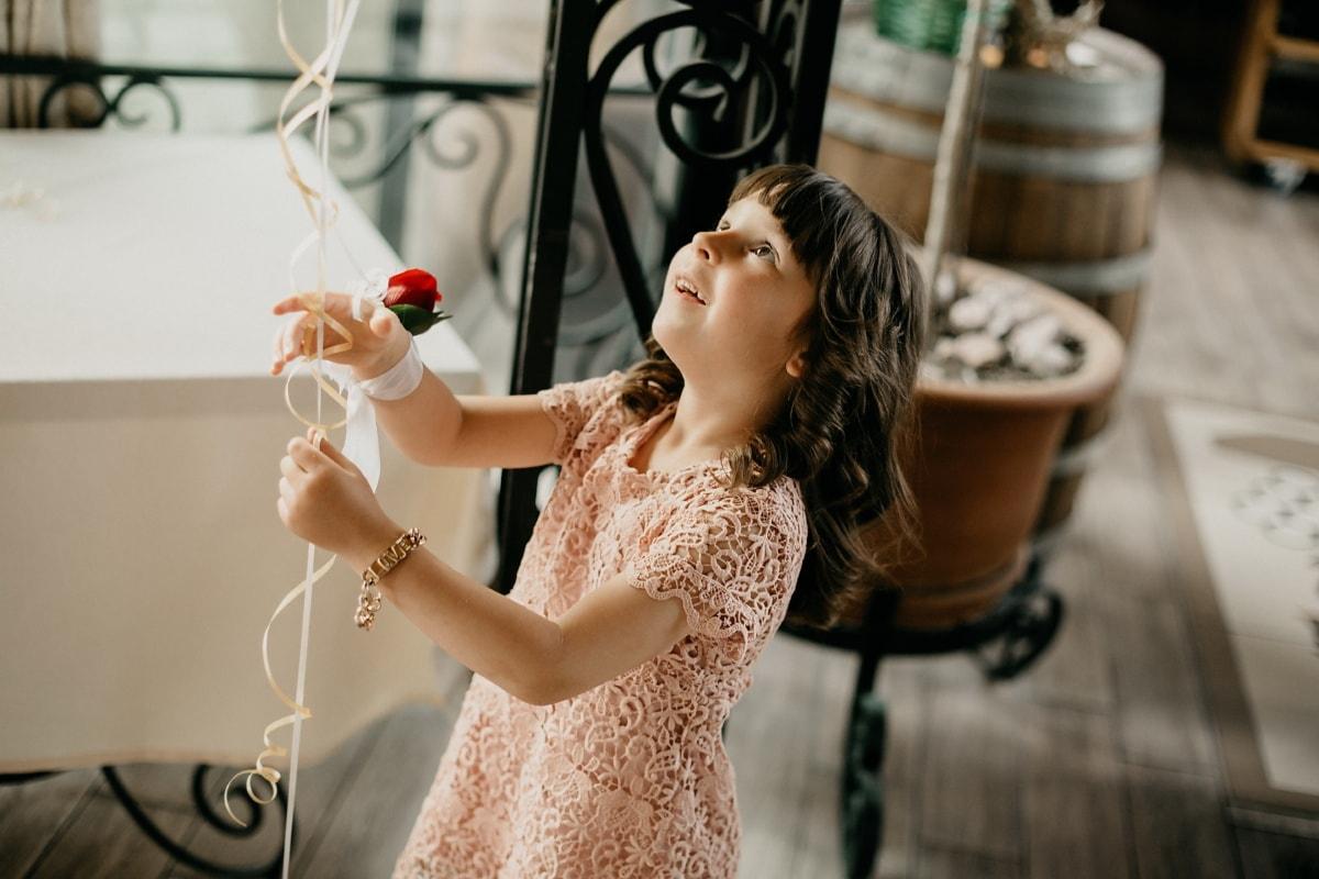 gyermek, csinos lány, szoba, játékos, beltéri, divat, csinos, elegáns, élvezet, emberek