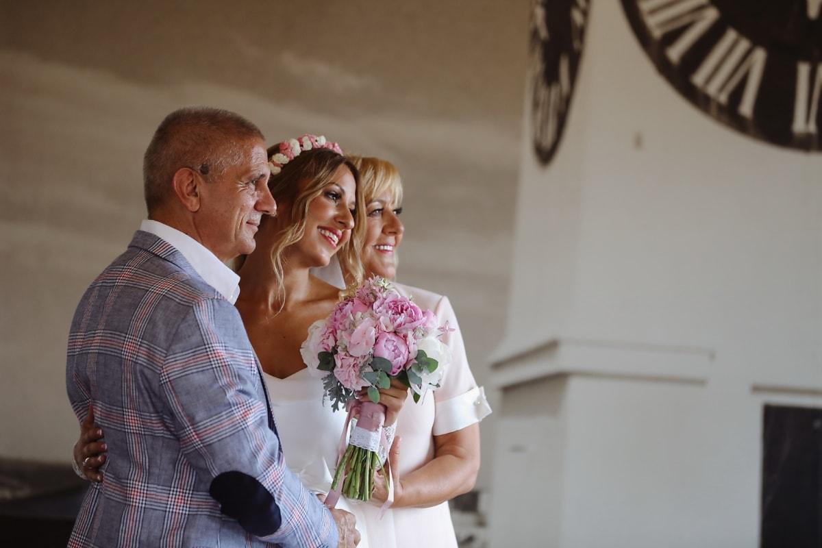 花嫁, 父, 母, ウェディングドレス, 縦方向, ウェディングブーケ, ポーズ, 結婚式, 笑みを浮かべてください。, ドレス