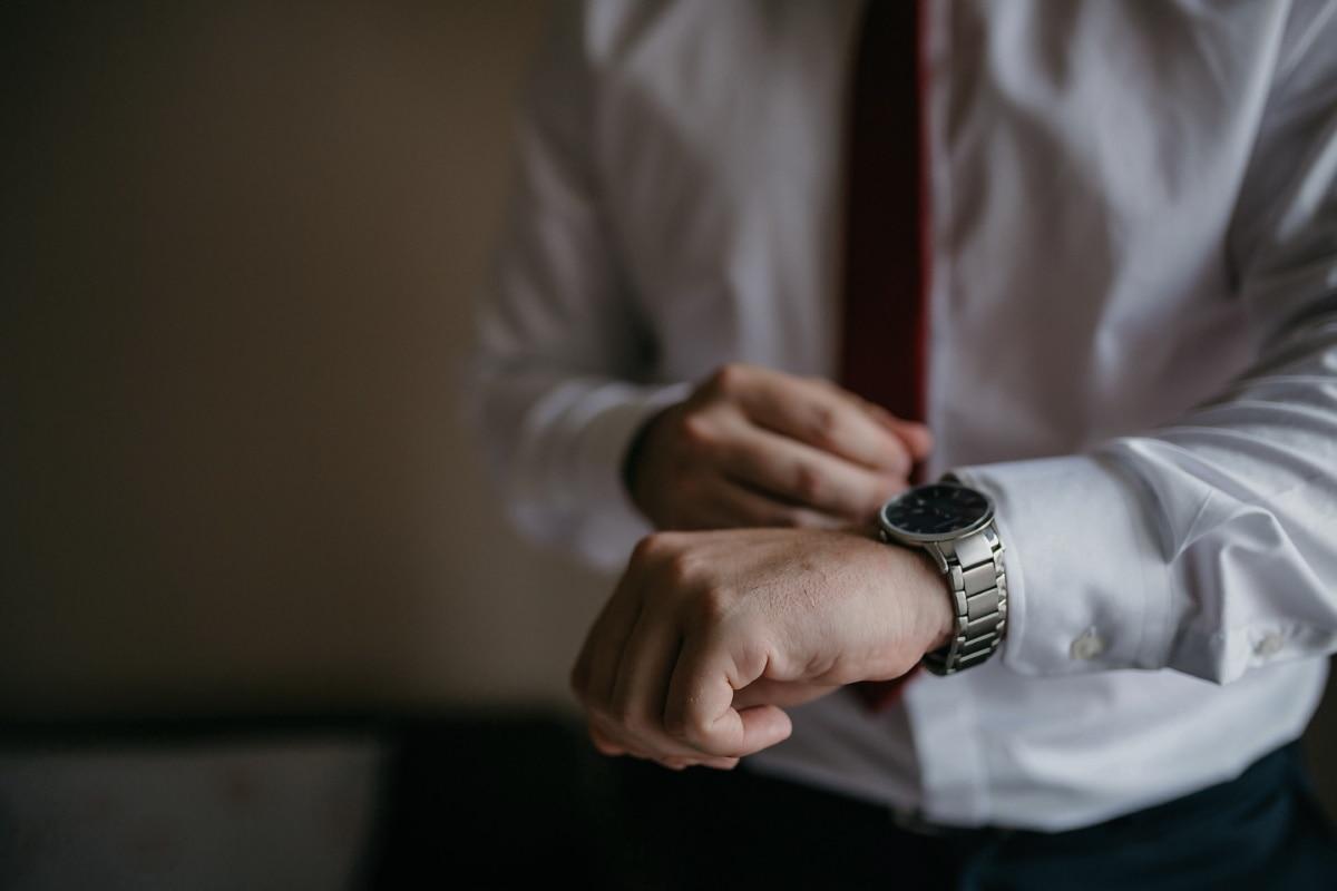 Gestionnaire, homme d'affaire, horloge analogique, montre à bracelet, main, homme, à l'intérieur, brouiller, entreprise, Portrait