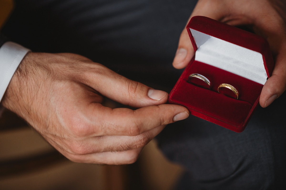 anillo de bodas, regalo, novio, oro, novio, anillos, hombre, mano, personas, amor
