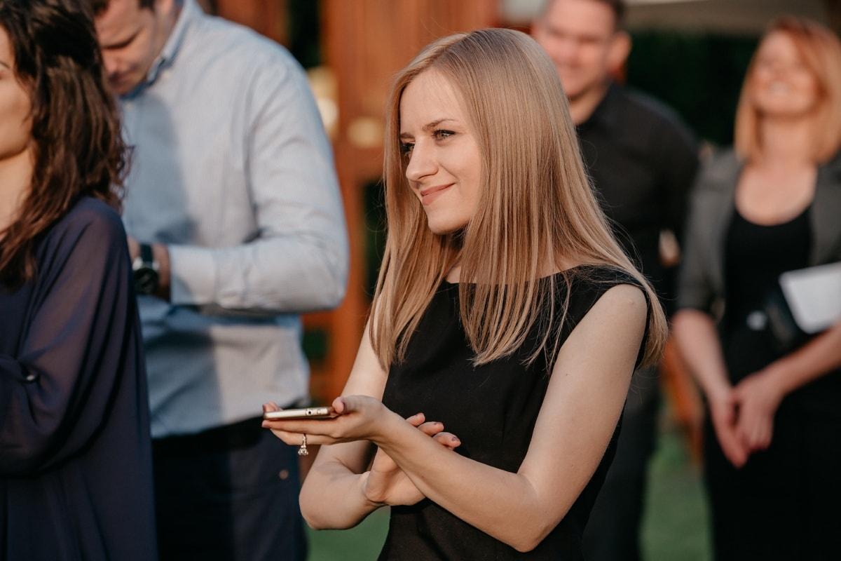 magnifique, blonde, souriant, téléphone portable, réunion, foule, femme, mode, homme, charme