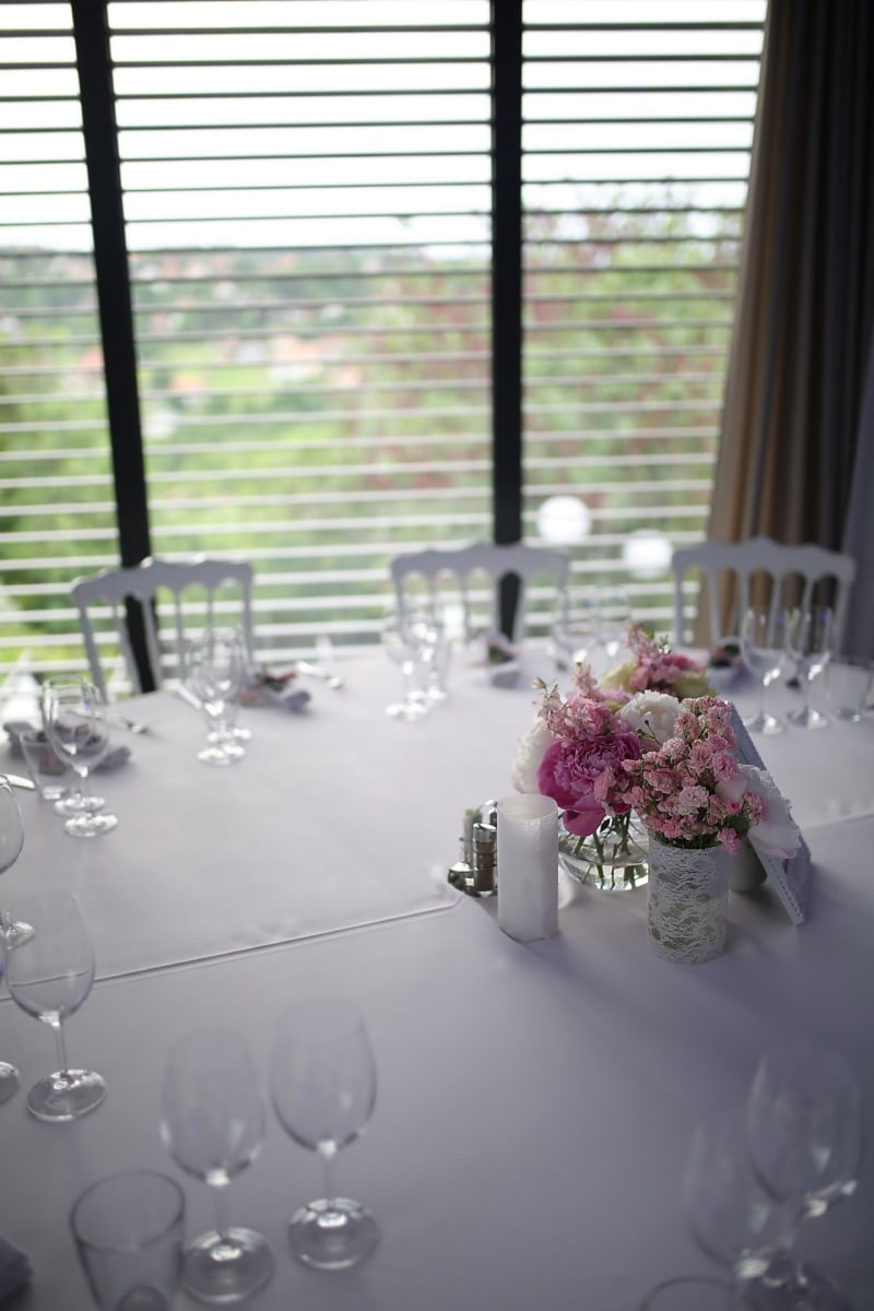 Möbel, Tabelle, Geschirr, Innendekoration, Tischdecke, Stühle, Hochzeitsort, Fenster, Hochzeit, Blume