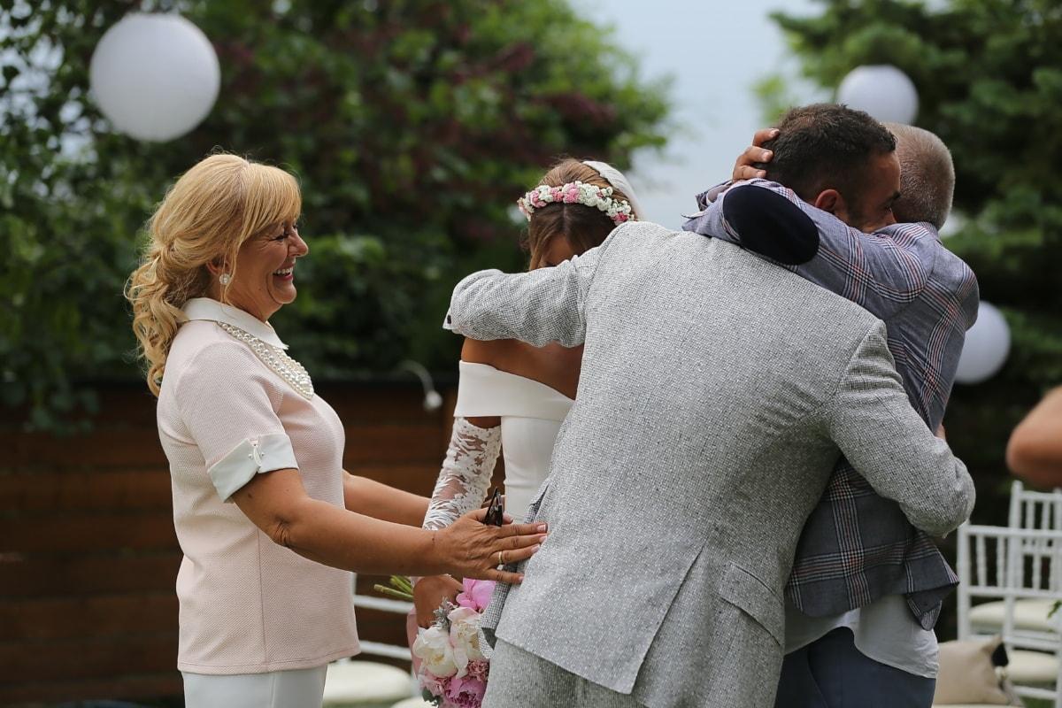 jeune marié, mère, la mariée, père, étreindre, sourire, bonheur, cérémonie, femme, homme