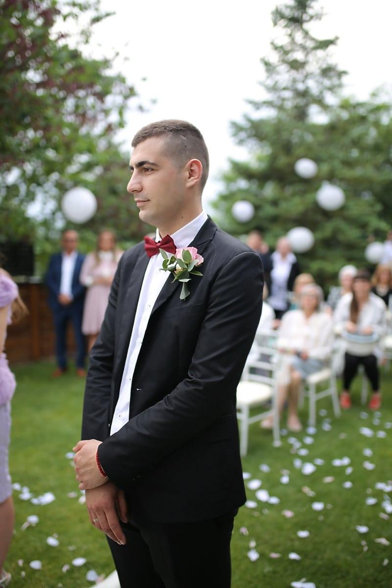 Hochzeit, gut aussehend, Hochzeitsort, Bräutigam, Krawatte Schmetterling, Smokinganzug, stehende, Mann, zuversichtlich, Geschäftsmann