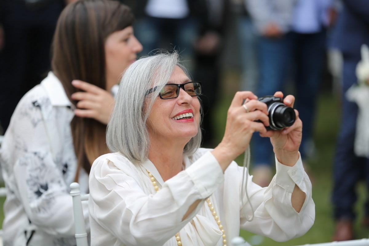 souriant, photographe, grand-mère, appareil photo numérique, femme, gens, mariage, Portrait, à l'extérieur, objectif