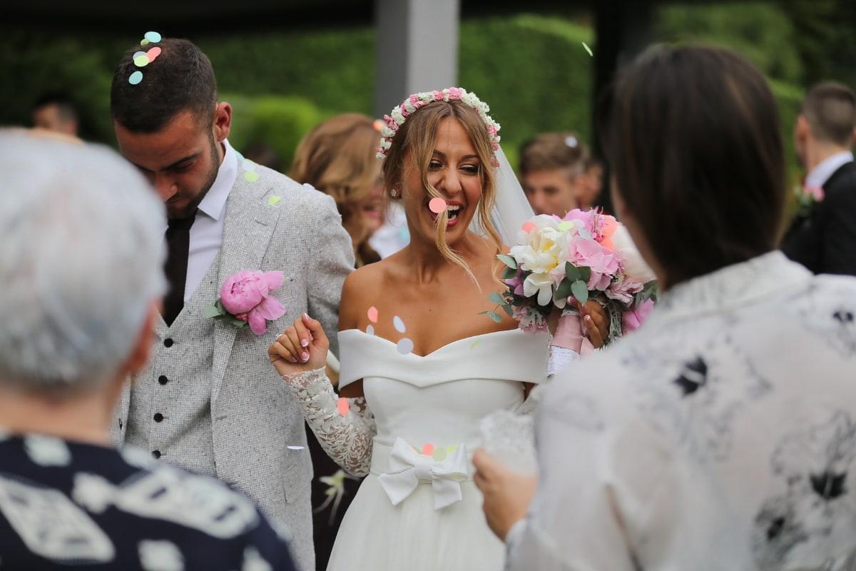 cérémonie, mariage, la mariée, bonheur, souriant, foule, gens, marié, bouquet, mariage