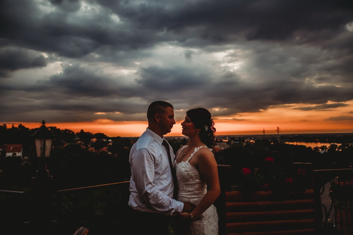 romántica, noche, hombre, abrazos, Señora, paisaje urbano, panorama, amor, puesta de sol, personas