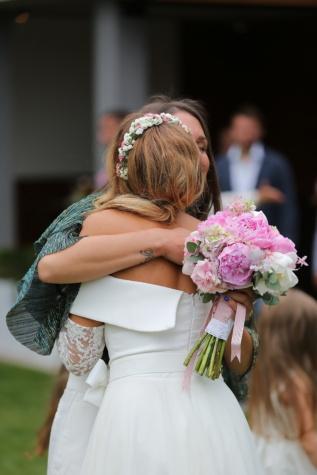 Flickvän, vänner, äktenskap, bröllop, lycka, bröllop bukett, bruden, kramas, Kärlek, bukett