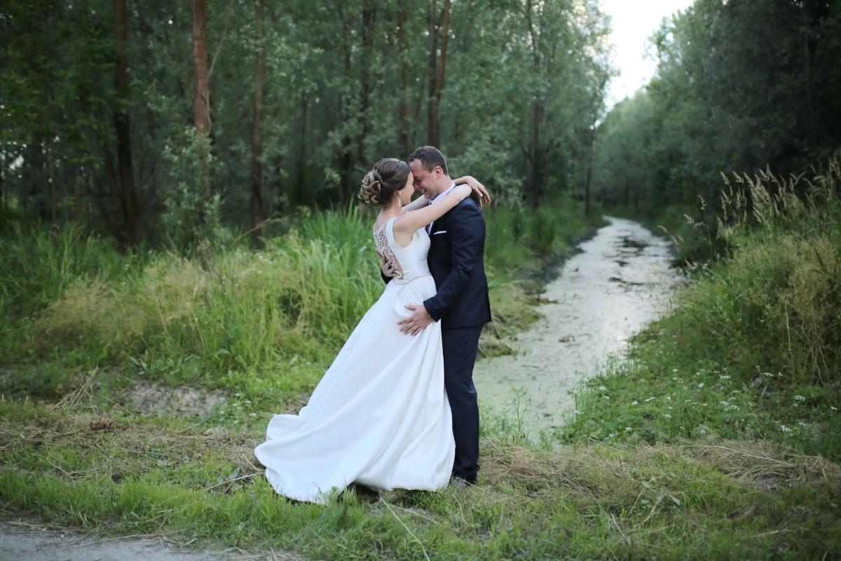 upravo vjenčani, mladenka, mladoženja, močvara, divljina, brak, par, brak, ljubav, haljina