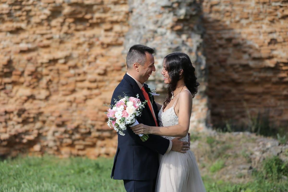 Ehefrau, frisch verheiratet, Porträt, Bräutigam, Lächeln auf den Lippen, Hochzeitskleid, Ehe, Romantik, im freien, paar