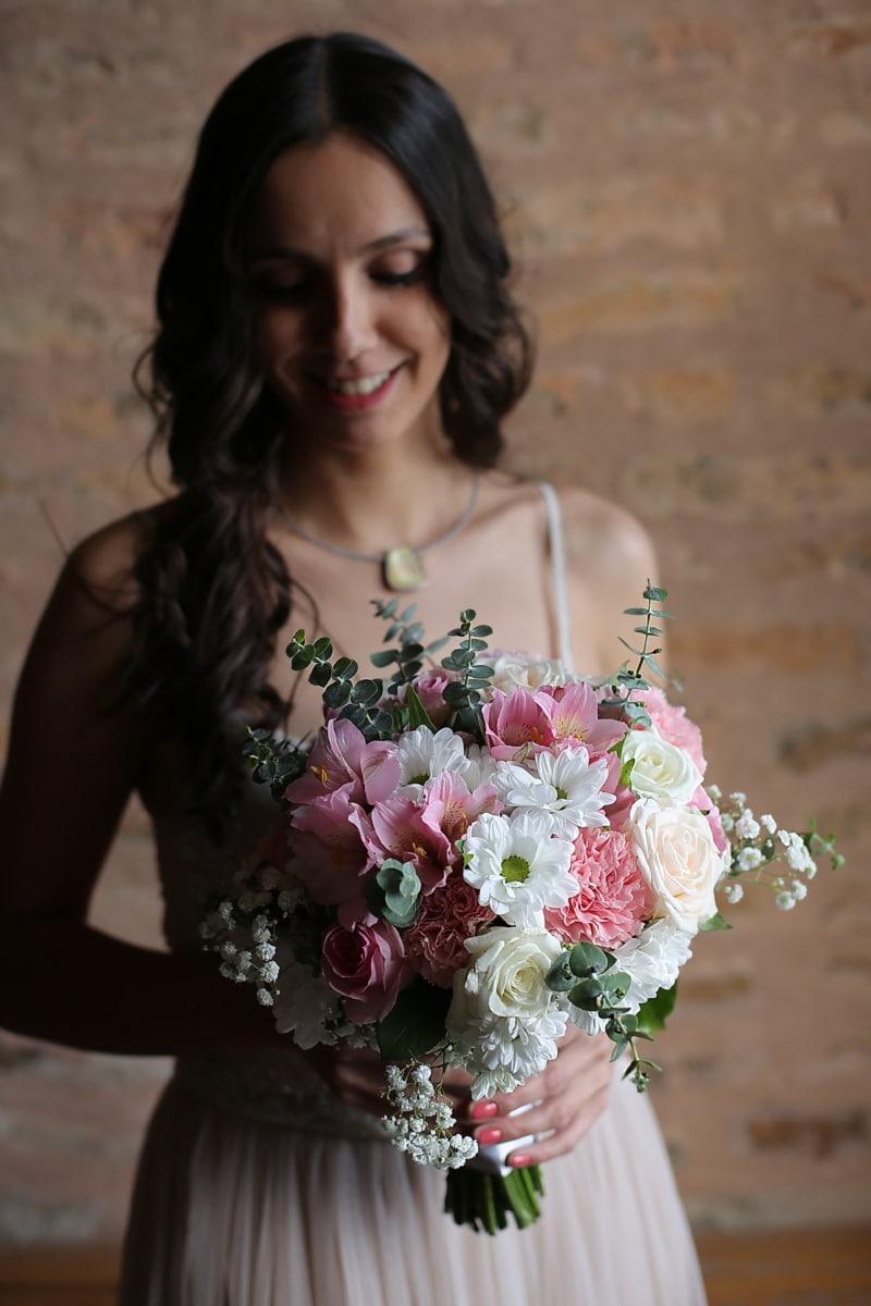 Blumenstrauß, Brünette, hübsches mädchen, Lächeln auf den Lippen, Mode, Haare, Braut, ziemlich, Frau, Hochzeit