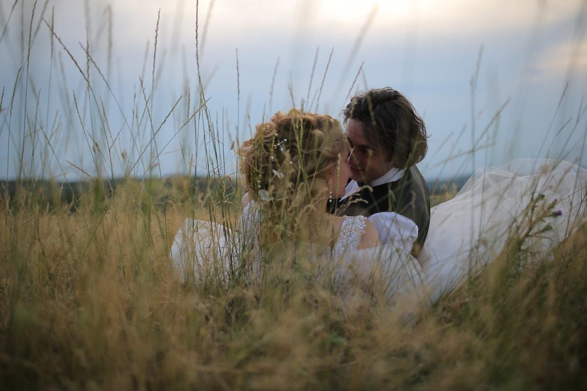 Fru, nygift, man, om fastställande, gräs, kramas, Kyss, fältet, personer, Flicka