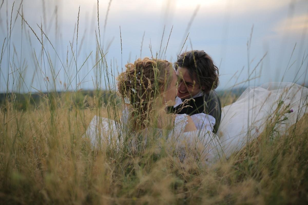 Wheatfield, man, om fastställande, kvinna, romantiska, leende, kulle, Kärlek, Kyss, kramas