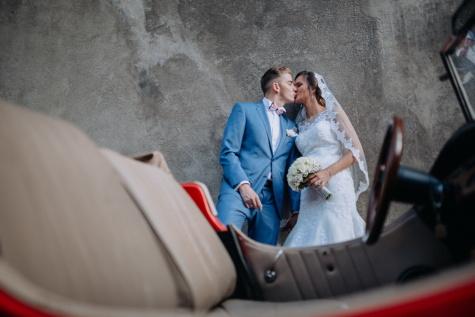 kus, bruidegom, bruid, oldtimer, sedan auto, persoon, vrouw, bruiloft, man, liefde