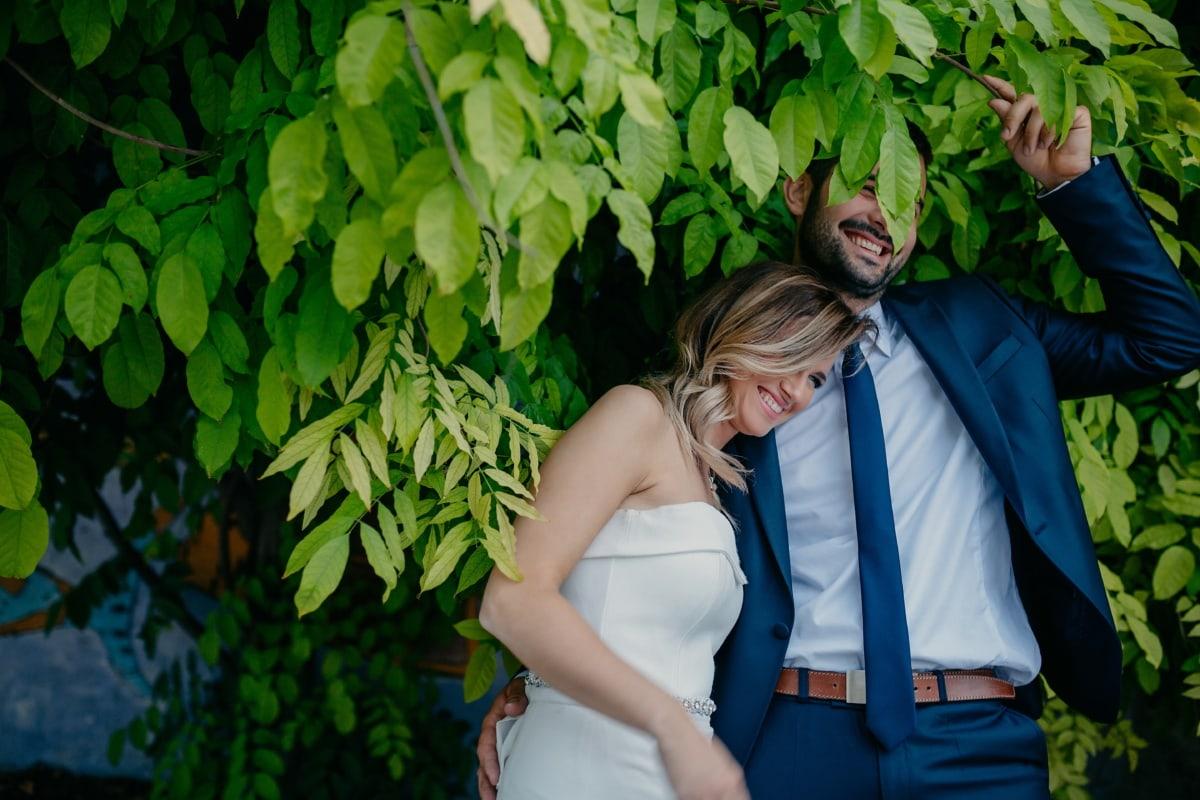 homme, étreindre, souriant, Jolie fille, cheveux blonds, branches, feuilles vertes, jouissance, mariage, amour