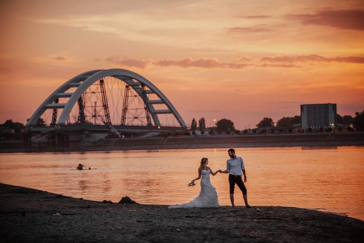 romantische, Liebe, 'Nabend, Jungvermählten, Sonnenuntergang, Brücke, Dämmerung, Strand, Wasser, Meer
