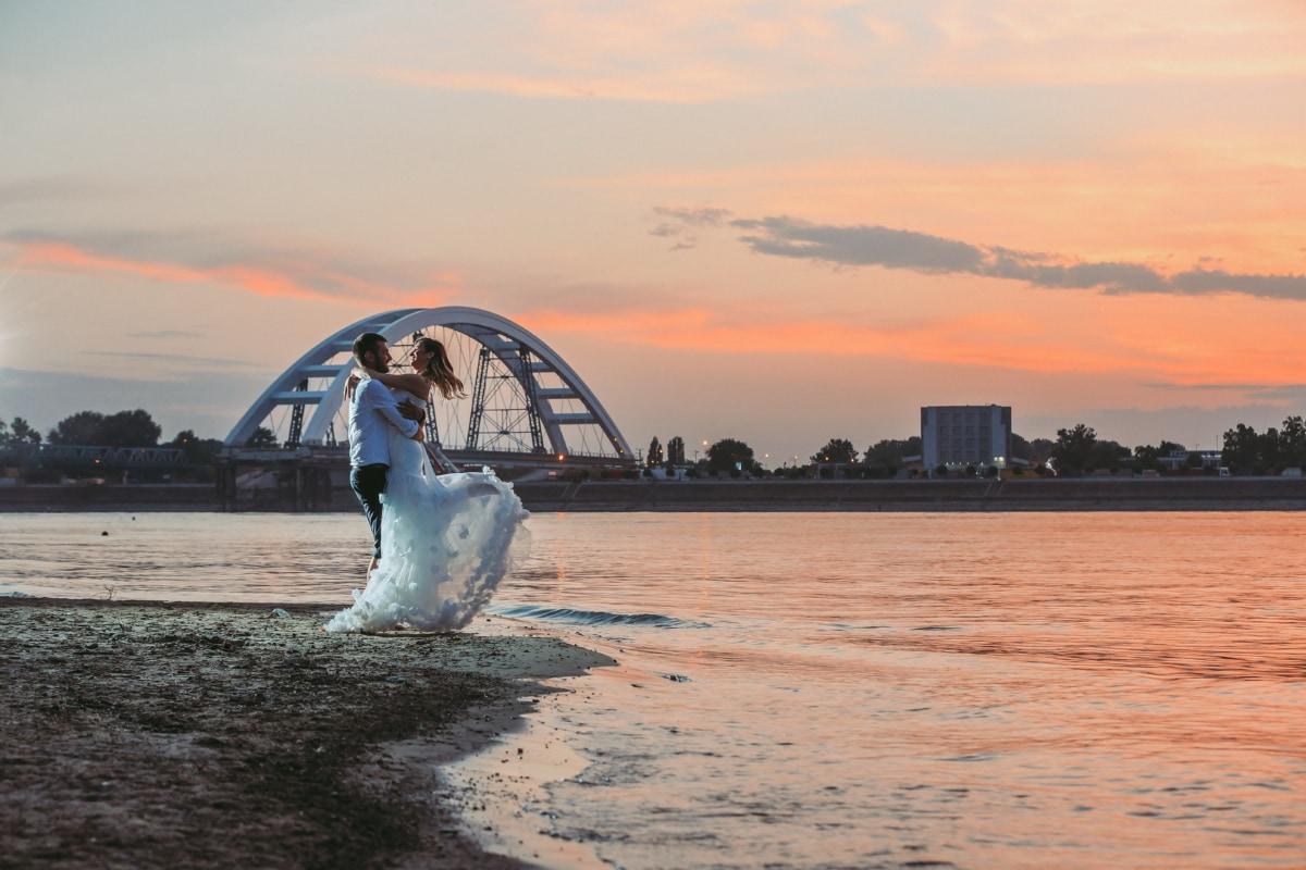 bruid, bruidegom, brug, knuffelen, pasgetrouwden, avond, zee, zonsondergang, dageraad, oceaan