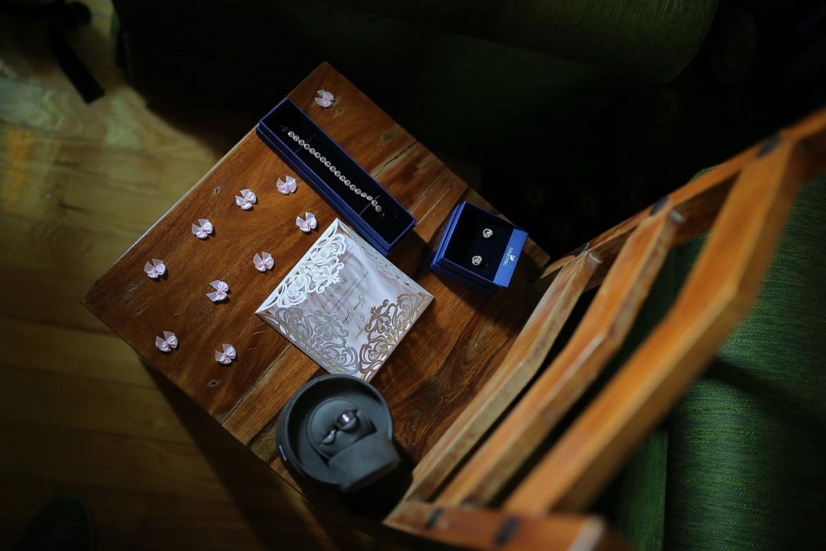 en bois, chaise, bracelet, boucles d'oreilles, papier, enveloppe de, message, bois, à l'intérieur, nature morte
