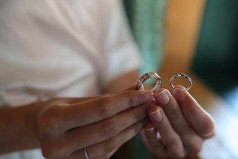 femme, Holding, bague de mariage, manucure, doigt, anneaux, mains, main, mariage, bijoux