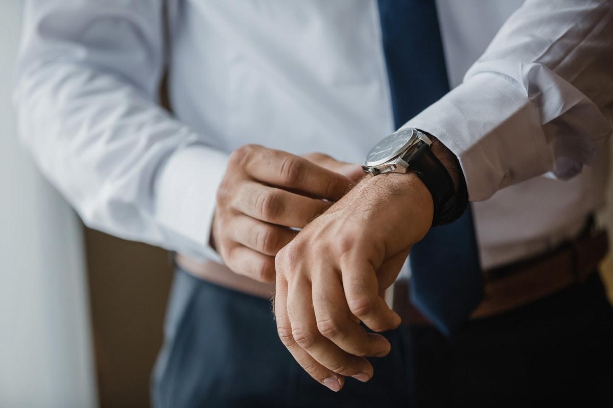elegant, Lust auf, Armbanduhr, Mann, Hand, drinnen, Tippen Sie auf, Geschäft, Hände, Geschäftsmann