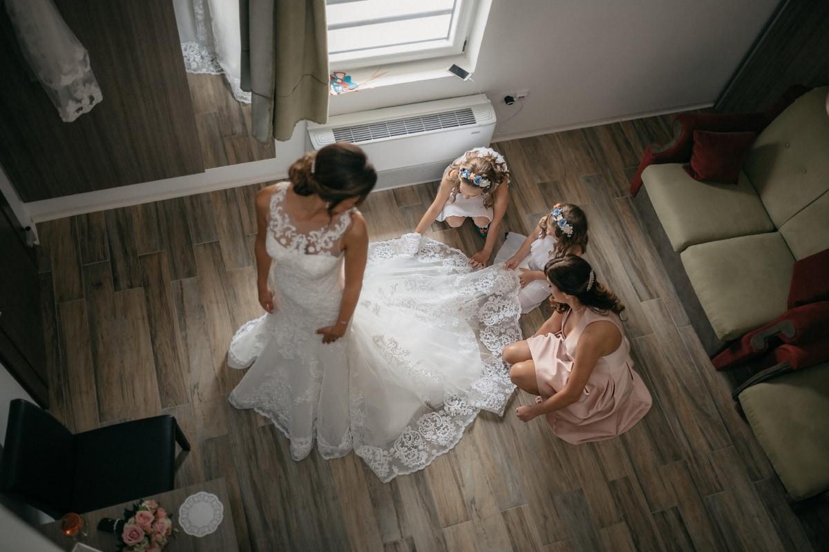 la mariée, robe de mariée, Salon, famille, amis, petite amie, jeunes filles, enfants, couple, jeune marié