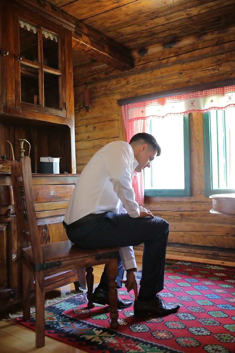 Kabine, Mann, sitzen, Möbel, Zimmer, Menschen, drinnen, Holz, Sitz, Stuhl