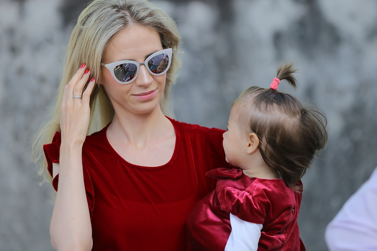 moederschap, moeder, blonde haren, mooi meisje, meisje, baby, peuter, portret, zonnebril, kind