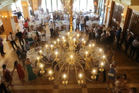 lueur dorée, lustre, suspendu, restaurant, gens, salle à manger, foule, fantaisie, luxe, bougie