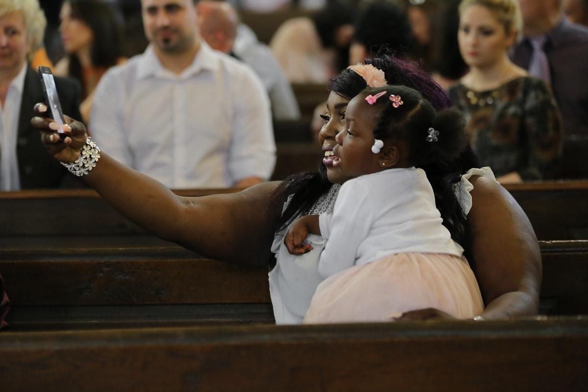 Afroamerikanerin, untergeordnete, Tochter, Mutter, sitzen, Lächeln auf den Lippen, Kirche, Handy, Foto, Menschen, Frau