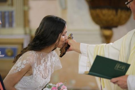 Cattolica, sposa, sacerdote, bacio, Croce, donna, matrimonio, persone, in casa, amore