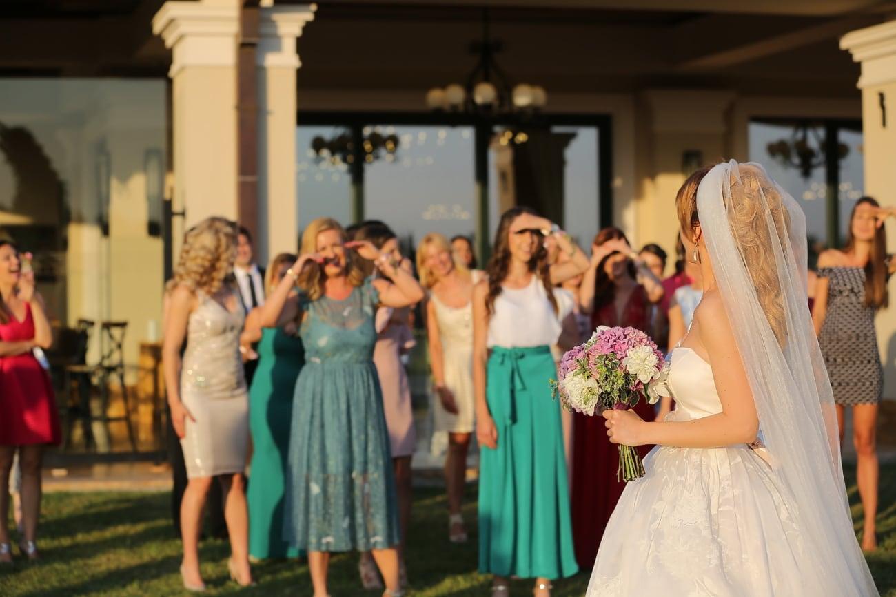 jeune femme, jeunes filles, femmes, salle de mariage, robe de mariée, la mariée, bouquet de mariage, mariage, couple, magasin