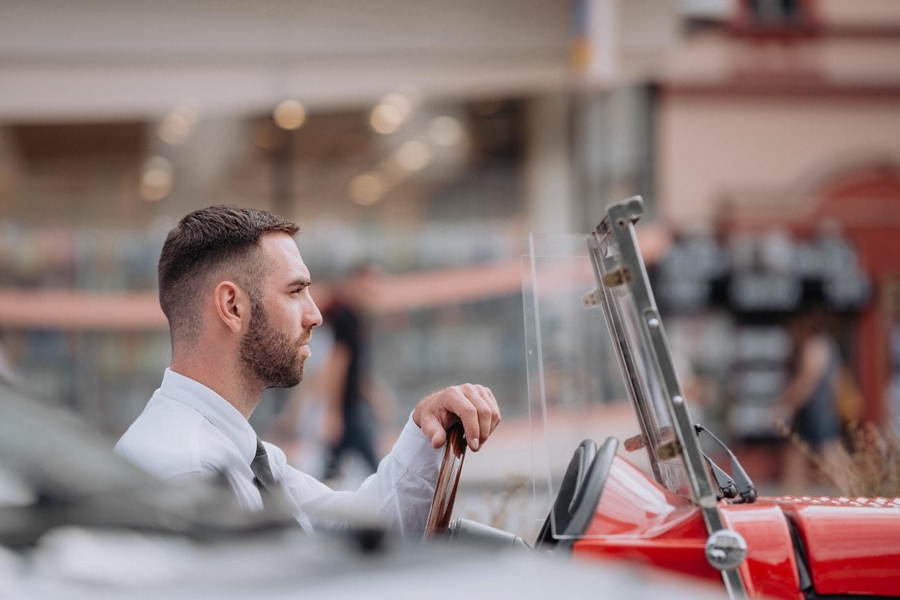 kjekk, forretningsmann, mann, bil, kjøring, coupe bil, oldtimer, person, stående, innendørs