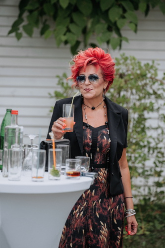 Brunette, coiffure, rouge, Outfit, Dame, mode, cocktail, consommation de paille, consommation d'alcool, femme