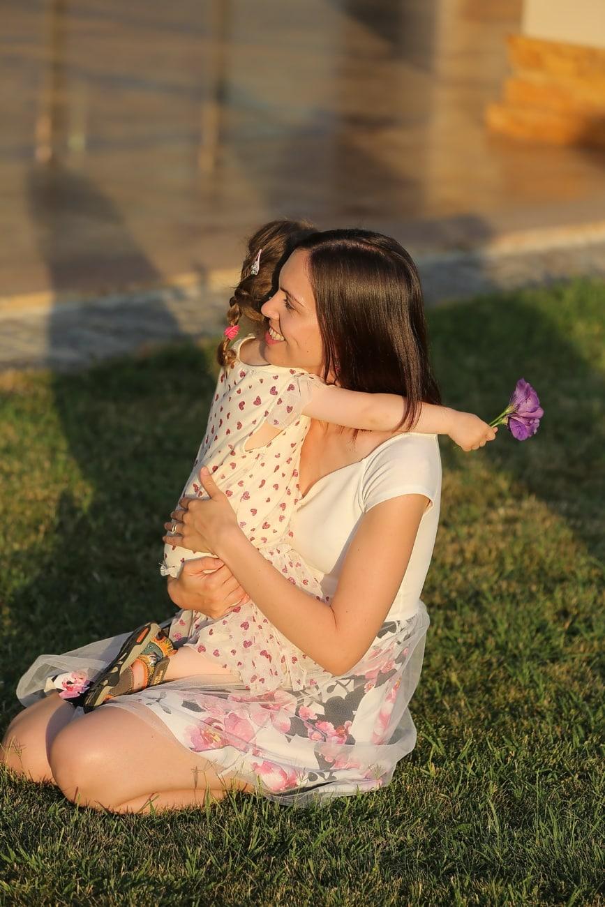 filha, abraços, mãe, mulher, menina, grama, criança, muito, retrato, lazer