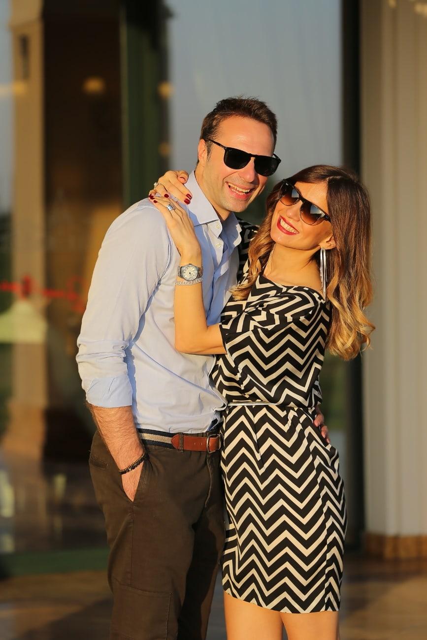 Beau, homme d'affaire, Jolie fille, magnifique, sortie, lunettes de soleil, mode, étreindre, posant, femme